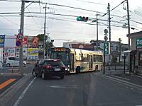 お姉ちゃんめちゃおこ。停止線を越えた三菱コルトがバスの左折を妨げる。