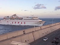 操縦を誤った大型フェリーが港に突っ込んでしまう事故の瞬間。スペイン。