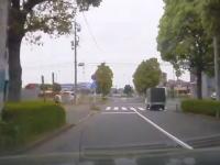 運転手はボケ老人!?ずっと逆走する軽四が信号無視してバスの側面に突っ込む事故を起こす。
