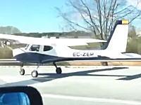 【驚き】スペインで高速道路に緊急着陸した軽飛行機が撮影される。