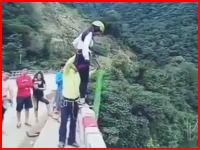 なんだこれくそ怖い。死のバンジージャンプ。友人たちが見守る中少女が叩きつけられる。