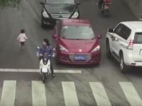 流行ってて良かったSUV!車道に飛び出した幼児が車2台に轢かれそうになるも車高が高くてセーフ。