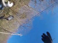 一瞬の気のゆるみが事故に。ツーリング中のライダーがガードレールに衝突して宙を舞う。