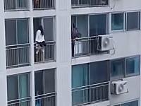 上の階から忍び寄る消防士カッコヨスギ!飛び降り自殺の女子高生を救うGJ動画。