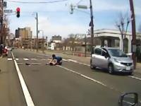 信号無視の車が自転車の女性をぶっ飛ばす瞬間。札幌で撮影された事故ドラレコ。