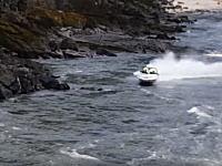 急流を下っていたスピードボートが岩に激突して乗り上げて転覆する瞬間。