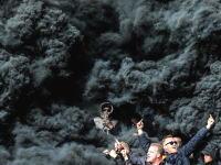 これは何を焚いてるんだよ。オランダのサッカースタジアムがとんでもない事になってる。