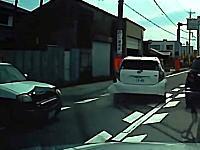 こりゃ酷い。愛知でパトカーがアクアの側面に衝突する事故を起こす。その瞬間ドラレコ。