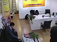 こわすぎ。ダイナミック入店の店内カメラの映像が(((゚Д゚)))デスクの人どうなった。
