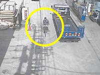 監視カメラが捉えた車上荒らしの犯行の瞬間。埼玉県八潮市二丁目。