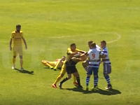 これは永久追放レベル。レッドカードに切れた選手が主審の顔面にひざ蹴りを入れる。(サッカー)