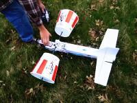 ケンタッキーのチキンバーレル(バケット)を飛行機の翼にするという発想。