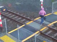 この女ばかすぎる。警報機の鳴っている線路を横断しようとして死にかけた動画。