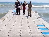 タイのビーチに設置された波の上を歩くような浮桟橋が楽しそう。