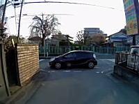 どんな神経してんだろう。とても迷惑な場所に車を止めちゃうアクアが目撃される。