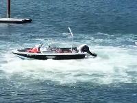 ギアが入ったまま無人で旋回を続けるボートを止めるにはこうするしかない動画。
