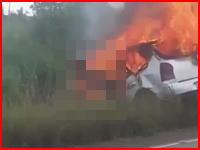 炎上した車内から脱出できず生きたまま焼かれている女性が撮影される。