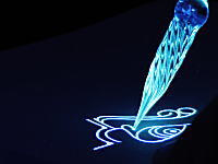 光の描画。蛍光インクとガラスのペンで美しい模様を描く7分超のビデオ。