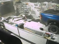 突入する車の勢いwwwフロリダのガンショップ窃盗団の犯行ビデオが凄いwww