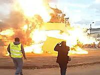 パリで焚火が爆発し見学していた20人が負傷。うち4人の子供が重傷。その瞬間。