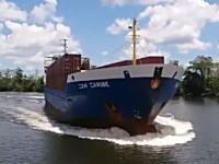 貨物船は急に止まれない。総トン数2770トンの貨物船に突っ込まれた船。