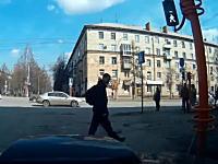 なにロシア。この兄ちゃん何をしたんだよ?ロシアの信号機が簡単に・・・。