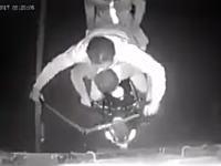 うそだろお前らwww走行中のトラックに盗みに入ろうとした野郎たちの映像。