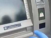 こんなの絶対に騙される。ATMに仕掛けられたスキミング装置が精巧すぎてヤバい。