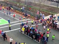 【面白】長時間道路規制されるマラソンコースの横断はこうして行われる。