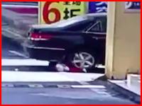 幼児の事故は見るのつらい。1歳の女の子が後輪と前輪で2回も踏まれてしまう衝撃映像。