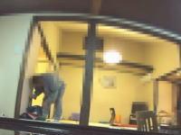 なにこれ怖い。ふとんの準備中に客の荷物を物色する旅館の従業員たち。