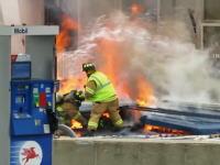 ガソリンスタンド火災で崩れた壁に消防士が下敷きに。2分以上閉じ込められる。