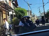 逃げ惑う中学生。狭い通学路に暴走車が突っ込んでいくとんでもない映像が公開される。