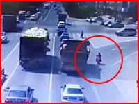 完全な死角。ゆっくり右折してきたトラックに踏み潰されてしまったバイクの人。