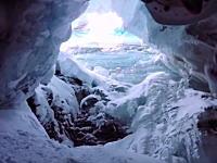 スキー場で18メートルの深いクレバスに落ちてしまったスキーヤーの映像。