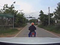 なにものだよワロタwww道路を横断する大蛇に驚きの一撃を加えたバイクの男。
