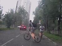 こんな日は自転車に乗るもんじゃない。モスクワを襲ったスーパーストームの映像。