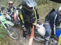 おぎゃああ痛い。森林トレイルで倒木がライダーに刺さる事故のヘルメットカム。