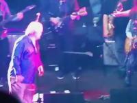 ブルース・ハンプトンさんステージ上で倒れてそのまま亡くなる(動画)