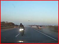 空を飛ぶ千切れた足。公道で競っていた2台のバイクによるとんでもない事故が撮影される。