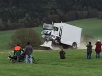 運転手いたのかよwww新開発のバリアにトラックを突っ込ませるテストで運転手が重傷。