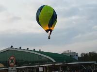 あぶねええええ。急降下してきた熱気球が屋根に衝突する事故のビデオ。