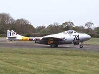 滑走路を破壊しながら離陸する1952年製戦闘機ヴァンパイア WZ507