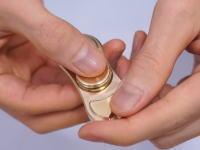 ハンドスピナー。指の中で回転し続ける玩具が人気になりつつあるみたい。