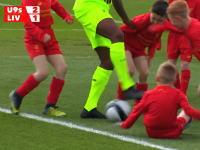 結構いい試合してた。リヴァプールFCの二人vs子供30人でサッカーの試合をしてみた。