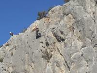 ロッククライミング。クラックの入った岩はこんなに簡単に崩れてしまう。