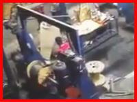 最恐の映像が公開される。ケーブルを巻き取る機械に巻き込まれてしまった作業員。