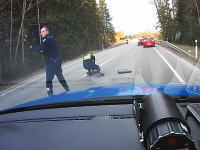 逃走車両のタイヤを4輪ともパンクさせるトラップ。エストニアのお巡りさんグッズ。