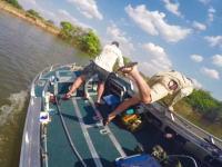 注意:カバの生息地で釣りをするのは大変危険です。(動画)これはこえええ。