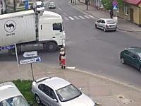 そこを渡るのは自殺行為。大型トラックの目の前を横断しようとした女性が(°_°)